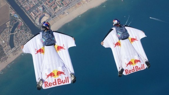 Wingsuit-Flieger hoch in der Luft