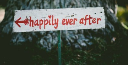 Schild mit der Aufschrift Happily Ever After